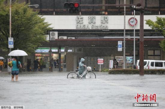 当地时间8月28日,受到活跃的锋面雨带影响,日本的九州北部普降豪雨,其中佐贺县各地出现每小时100毫米以上的强降雨,日本气象厅对佐贺、福冈、长崎三个县发?#21363;?#38632;特别警报,呼吁民众保持充分警惕。