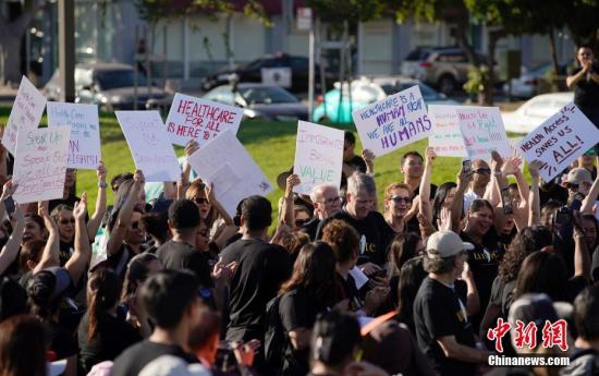 """当地时间8月27日,数百名亚裔移民以及移民权益倡导者在美国加利福尼亚州奥克兰举行集会,抗议特朗普政府""""公共负担""""新规。<a target='_blank' >中新社</a>记者 刘关关 摄"""