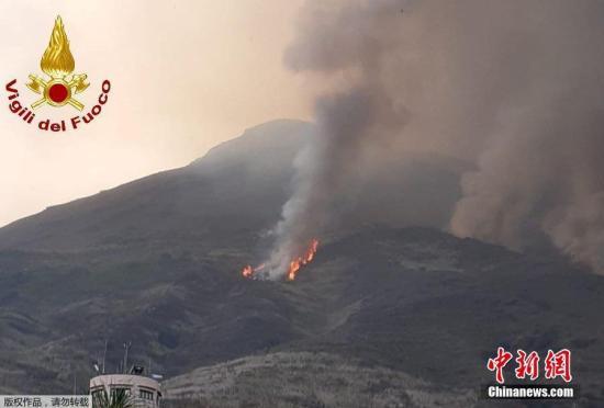 意大利斯特龙博利火山再喷发 熔岩流引发山火(图)