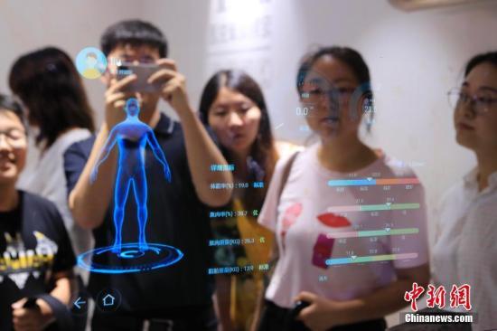 资料图:市民体验最新的AI产品。殷立勤 摄