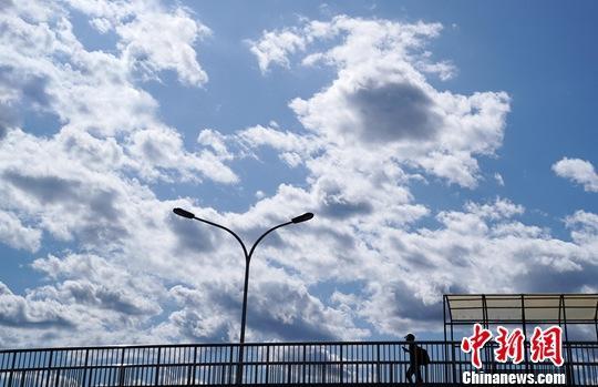 资料图:北京天气晴好,现蓝天白云。<a target='_blank' href='http://www.chinanews.com/'>中新社</a>记者 张兴龙 摄