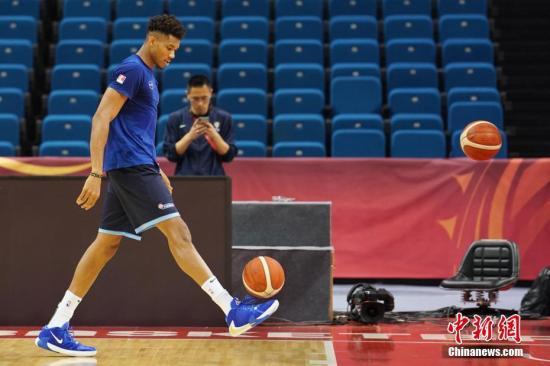 材料图:希腊篮球队队员安特托昆专参与赛前锻炼。a target='_blank' href='http://www.chinanews.com/'中新社/a记者 泱波 摄