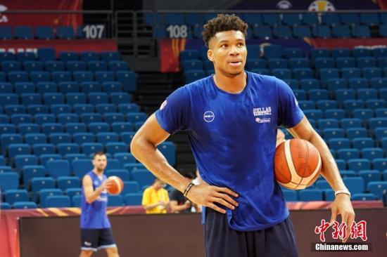 """8月30日,美国NBA球星、希腊篮球队队员、""""字母哥""""扬尼斯·安特托昆博参加赛前训练。中新社记者 泱波 摄"""