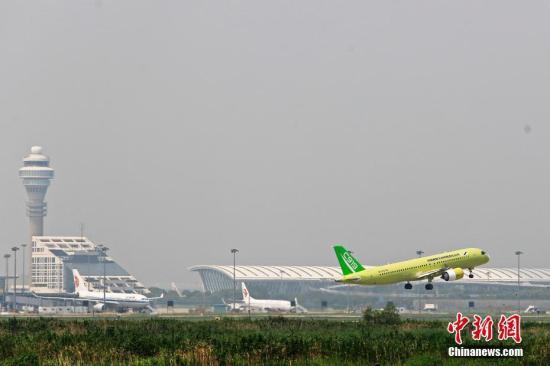 8月30日,中国商飞C919大型客机104架机于11时从上海浦东国际机场第四跑道首飞转场东营。据悉,104架机是C919大型客机第四架试飞飞机,主要承担航电体系、首飞着陆性能、自动飞走体系和自然结冰等有关科主意试飞义务。殷立勤 摄