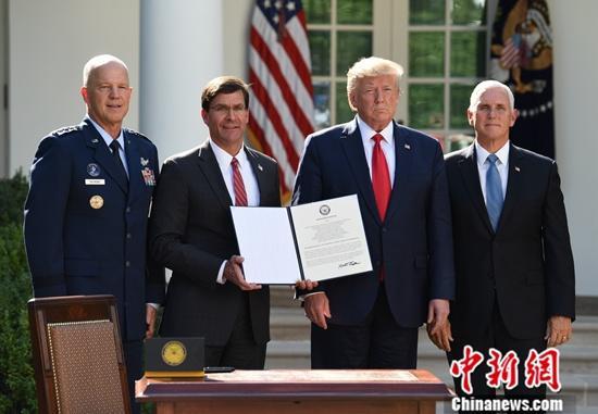 当地时间8月29日,美国总统特朗普在白宫宣布,美军正式成立太空司令部。图为美国防部长埃斯珀展示签署后的太空司令部成立文件。中新社记者 陈孟统 摄