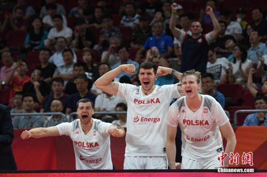 8月31日,2019国际篮联篮球世界杯举行第一轮小组赛,在北京举行的A组第一场比赛中,波兰队以80比69胜委内瑞拉队。图为波兰队替补席庆祝进球。/p中新社记者 崔楠 摄