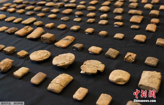 当地时间8月30日,英国伦敦,大英博物馆发布了的照片展示2011年在希思罗机场被扣押的古代美索不达米亚楔形文字板。大英博物馆30日表示,他们已将156块楔形文字板归还给伊拉克。