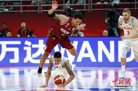 8月31日,波兰球员斯劳特(左下)在比赛中拼抢。比赛中,波兰与委内瑞拉球员均展示出不俗的竞技状态,需要引起中国男篮的警惕。 /p中新社记者 富田 摄