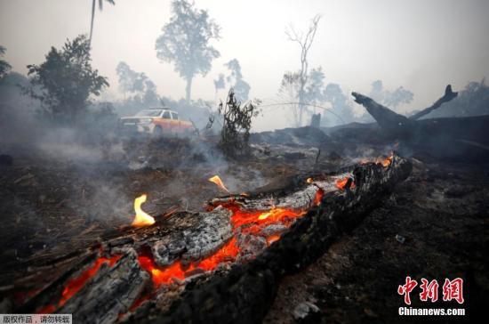 本地工夫8月30日,巴西帕推州阿普伊,消防队员正正在亚马孙雨林灭水。当日,亚马孙雨林年夜水连续熄灭。