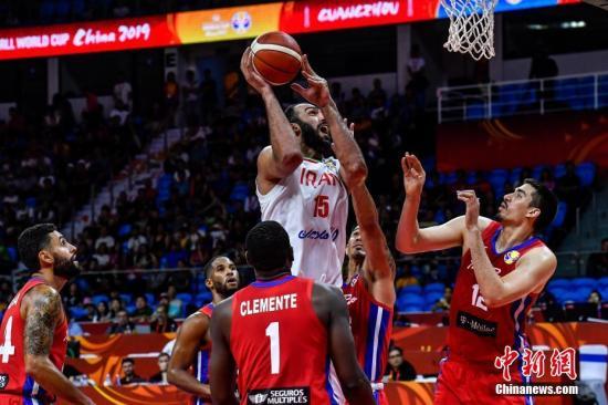 资料图:8月31日,2019年国际篮联篮球世界杯首轮开打,在广州举行的C组一场比赛中,伊朗(白)以81比83不敌波多黎各(红)。图为伊朗球员哈达迪(中)上篮。/p中新社记者 陈骥旻 摄