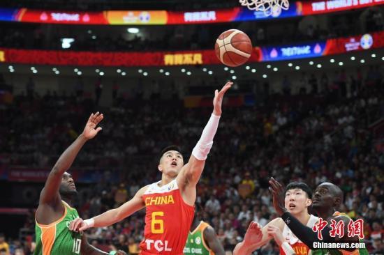 8月31日,2019国际篮联篮球世界杯举行第一轮小组赛,在北京举行的A组第一场比赛中,中国队以70比55胜科特迪瓦队。图为中国队球员郭艾伦(左二)上篮。/p中新社记者 崔楠 摄