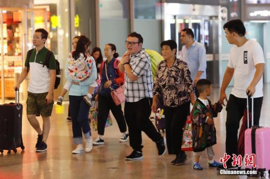 资料图:旅客抵达铁路上海虹桥站。中新社记者 殷立勤 摄