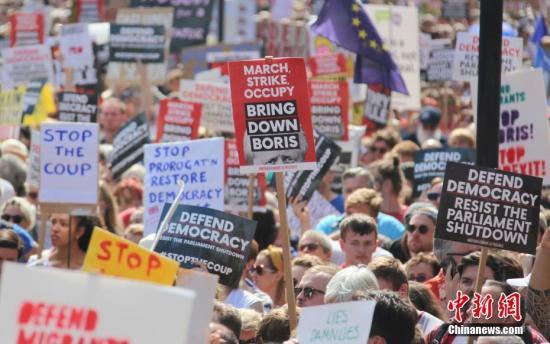 """8月31日,近万英国民众聚集在英国政府所在地的伦敦唐宁街示威,抗议首相鲍里斯·约翰逊""""暂停议会""""。图为抗议人群中林立的各式横幅和标语牌。<a target='_blank' href='http://foontv.com/'>中新社</a>记者 张平 摄"""
