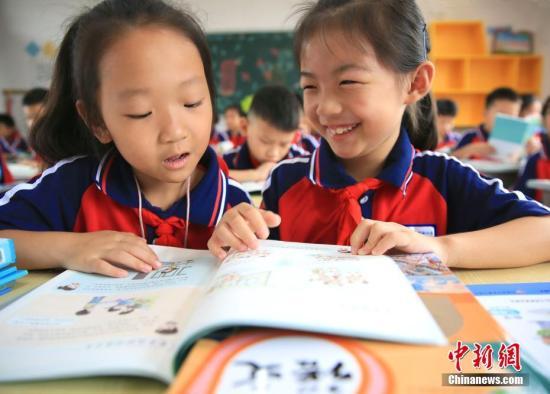 资料图:课堂上的小学生。中新社发 司马天民 摄