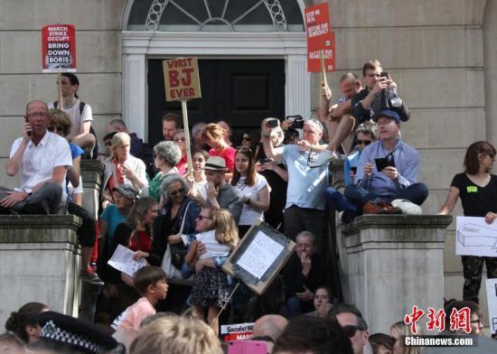 """8月31日,近万英国民众聚集在英国政府所在地伦敦唐宁街示威,抗议首相鲍里斯·约翰逊""""暂停议会""""。<a target='_blank' href='http://www.chinanews.com/'>中新社</a>记者 张平 摄"""