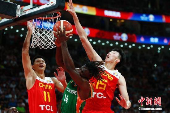 8月31日,中国球员周琦(右)在比赛中封盖。当日,在北京进行的2019年国际篮联篮球世界杯A组小组赛中,中国队以70:55战胜科特迪瓦队。/p中新社记者 富田 摄