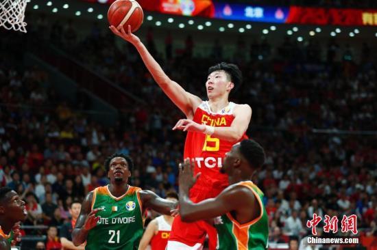 8月31日,中国球员周琦(右二)在比赛中上篮。当日,在北京进行的2019年国际篮联篮球世界杯A组小组赛中,中国队以70:55战胜科特迪瓦队。中新社记者 富田 摄