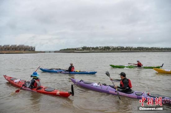 中国21名选手挑战皮划艇横渡琼州海峡