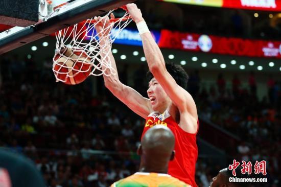 8月31日,中国球员周琦在比赛中扣篮。当日,在北京进行的2019年国际篮联篮球世界杯A组小组赛中,中国队以70:55战胜科特迪瓦队。中新社记者 富田 摄