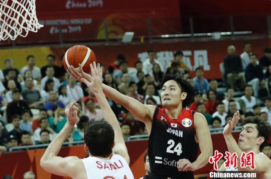 日本队球员打破上篮。 汤彦俊 摄