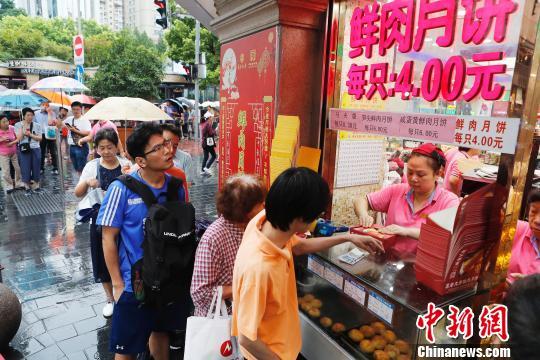 民众冒雨排队购买鲜肉月饼。(图文无关) 殷立勤 摄