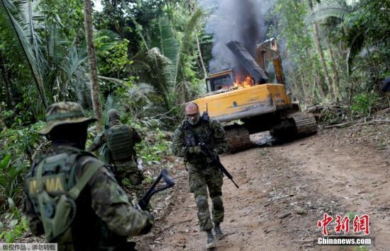 近日,巴西辛古河沿岸,警察和环保人员销毁用于非法采矿的机器。据报道,亚马孙雨林火灾持续,巴西警方在亚马逊州打击非法采矿和砍伐森林的行为。
