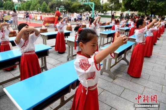 资料图:身着汉服的学童们向老师行拜师礼。<a target='_blank' href='http://www.chinanews.com/'>中新社</a>记者 张斌 摄