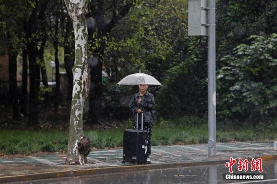 连续下雨,给市平易近出止带去了必然影响。殷坐勤 摄
