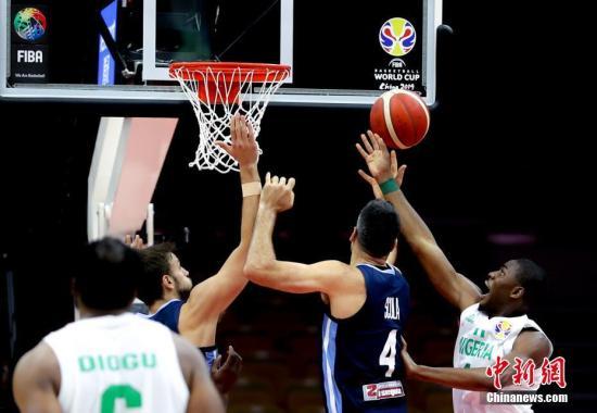 9月2日,阿根廷队球员斯科推(左两)争抢篮板球。当日,正在湖北武汉举办的2019年国际篮联篮球天下杯小组赛B组角逐中,阿根廷队以94比81打败僧日利亚队。a target='_blank' href='http://www.chinanews.com/'中新社/a记者 张畅 摄