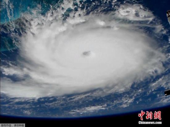 """目前,美国已有四个州——佛罗里达州、佐治亚州、南北卡罗来纳州因""""多利安""""靠近宣布紧急状态。预计,该飓风将是数十年来最强的飓风。"""