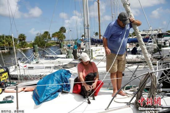 """当地时间2019年9月1日,美国佛罗里达州Cocoa,飓风""""多里安""""将袭美国,当地民众提前做好防灾准备。"""