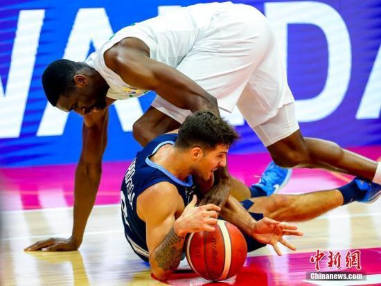 9月2日,阿根廷队球员拉普罗维托拉(下)在比赛中拼抢。当日,在湖北武汉举行的2019年国际篮联篮球世界杯小组赛B组比赛中,阿根廷队以94比81战胜尼日利亚队。/p中新社记者 张畅 摄