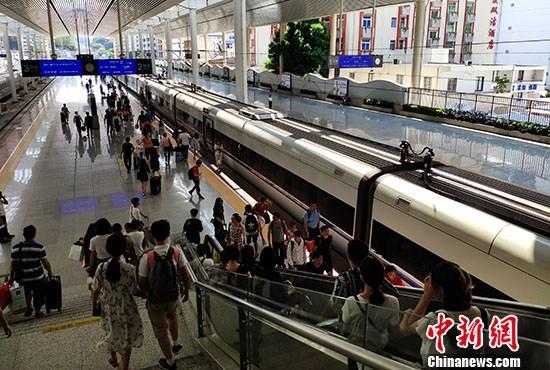 材料图:游客正在水车站站台筹办搭车。 a target='_blank' href='http://www.chinanews.com/'中新社/a记者 吕明 摄