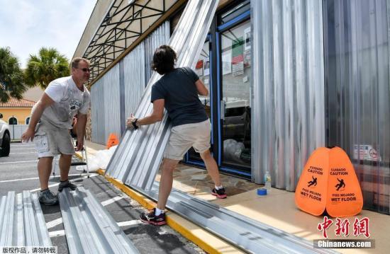"""当地时间2019年9月2日,美国佛罗里达州圣奥古斯丁,飓风""""多里安""""将至,当地民众提前进行防灾准备工作。"""