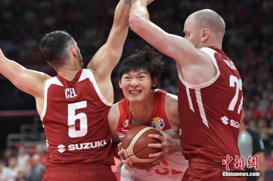 9月2日,中國隊球員王哲林(中)在比賽中突破。當日,2019男籃世界杯A組第二輪在北京舉行,中國隊以76比79負波蘭隊。<a target='_blank' href='http://www.0898stsy.com/'>中新社</a>記者 崔楠 攝