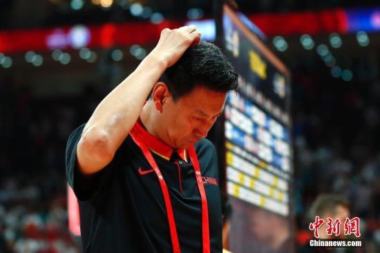 资料图:9月2日,中国队主教练李楠赛后离场。当日,在北京进行的2019年国际篮联篮球世界杯A组小组赛中,中国队加时76:79不敌波兰队。<a target='_blank' href='http://vyif.cn/'>中新社</a>记者 富田 摄