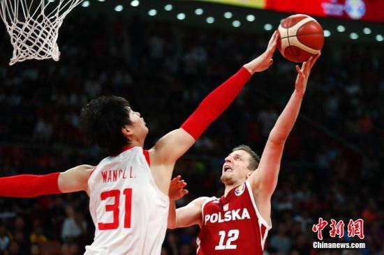 9月2日,2019年國際籃聯籃球世界杯A組小組賽中,波蘭隊加時79:76戰勝中國隊。<a target='_blank' href='http://www.hongbangguandao.com/'>中新社</a>記者 富田 攝