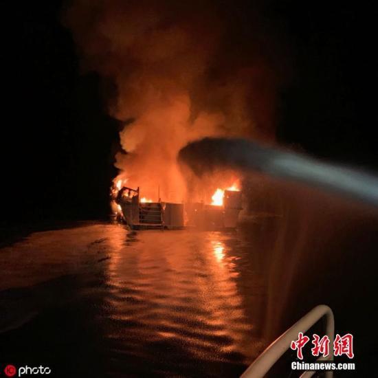 材料图@员天工夫2019年9月2日,好国减州圣克鲁斯岛北脖埃域一艘潜火援助船本地工夫2日清晨起水,船身很快被年夜水吞噬,沉进火中。 图片滥觞:ICphoto