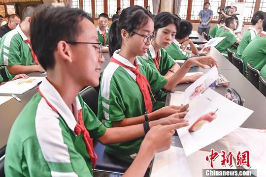 资料图:中学生在课堂上学习。中新社记者 陈骥旻 摄