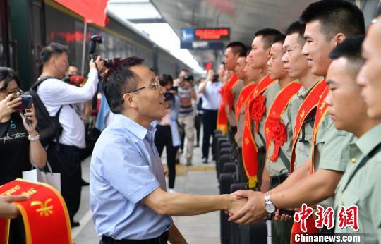 资料图:退役军人光荣返乡。刘忠俊 摄