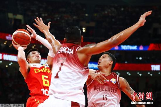 9月4日早,中国迎战委内瑞推。角逐中,身下占劣的中国队正在篮板球上被敌手完整压抑,致使齐场处于落伍,分好最多时被推年夜到了15分。终极中国男篮以59:72没有友好脚,无缘本届天下杯16强。球队接上去将参与17-32名的排位赛,角逐仍然事闭东京奥运会纵贯资历。图为委内瑞推球员阻遏中国球员郭艾伦投球。