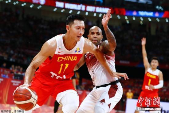 9月4日早,中国队迎去了本届男篮天下杯的第3个敌手委内瑞推。正在波兰队已提早锁定小组第一的状况下,只要本场角逐的胜者才气升级到下一阶段。角逐中,身下占劣的中国队正在篮板球上被敌手完整压抑,致使齐场处于落伍,分好最多时被推年夜到了15分。终极中国男篮以59:72没有友好脚,无缘本届天下杯16强。球队接上去将参与17-32名的排位赛,角逐仍然事闭东京奥运会纵贯资历。图为易建联正在角逐中。