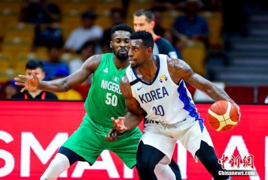 9月4日,韩国队球员罗健儿(右)在比赛中拼抢。当日,在武汉进行的2019年国际篮联篮球世界杯小组赛B组比赛中,尼日利亚队以108比66战胜韩国队。a target='_blank' href='http://www.chinanews.com/'中新社/a记者 张畅 摄