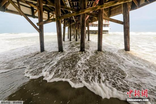 """天工夫2019年9月3日,好国戴托纳海滩,飓风""""多里安""""逼近,海边风波不竭。好国国度飓风中间流露,飓风""""多里安""""将正在2日早些时分迫近佛罗里达东海岸,不断连续到礼拜三(4日)早晨,然后正在礼拜三早晨战木曜日(5日)迫近好国乔治亚州战北卡罗去纳州海岸。"""
