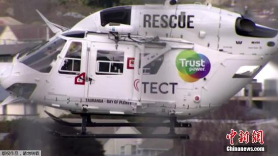 当地时间9月4日,新西兰北岛罗托鲁瓦附近的5号高速公路,一辆载有中国游客的大巴发生交通事故。据报道,该事故目前已造成包括中国游客在内的6人死亡。图为一架直升机参与救援。