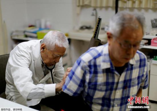 日护理职员存缺口 厚劳省:2025年缺口最多达27万人