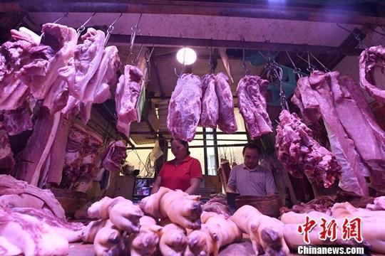 材料图:商贩正正在摆放猪肉。a target='_blank' href='http://www.chinanews.com/'中新社/a记者 陈超 摄