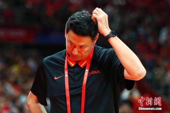資料圖:9月4日,中國男籃主教練李楠在場邊。當日,在北京進行的2019年國際籃聯籃球世界杯A組小組賽中,中國隊59:72不敵委內瑞拉隊。中新社記者 富田 攝