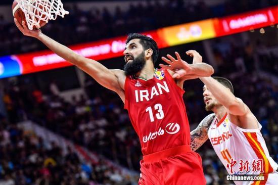 资料图:伊朗队球员贾姆希迪(红衣)上篮。 <a target='_blank' href='http://www.sjizh.com/'>中新社</a>记者 陈骥旻 摄