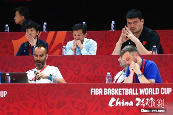 9月4日,姚明(后排右一)等中国篮协官员在场边观赛。当日,在北京举行的2019年国际篮联篮球世界杯A组小组赛中,中国队59:72不敌委内瑞拉队。 /p太平洋在线记者 富田 摄